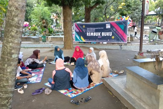 """Sambil """"ngabuburit"""" komunitas literasi Tulungagung gelar rembuk buku"""