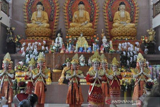 Wanita budhis kenakan pakaian khas Sumsel pada perayaan Waisak