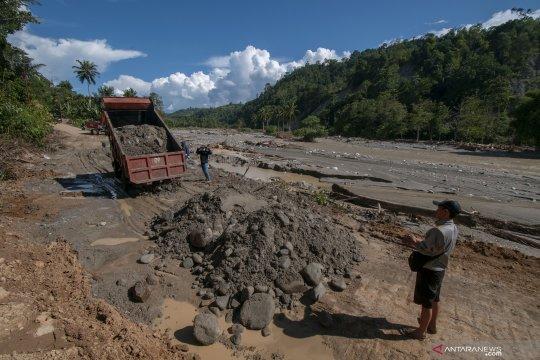 Korban banjir Sigi masih bertahan di pengungsian tetap jalani puasa