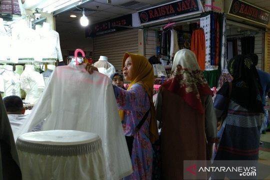 Pasar Tanah Abang diserbu warga mencari busana muslim