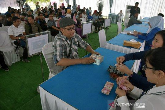 Ratusan warga padati penukaran uang di halaman kantor Gubernur Riau