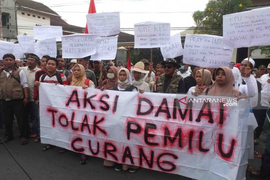 Puluhan warga Jember aksi damai tolak kecurangan pemilu