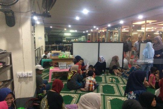 Masjid di Plaza Andalas Padang sediakan takjil dan nasi kotak gratis