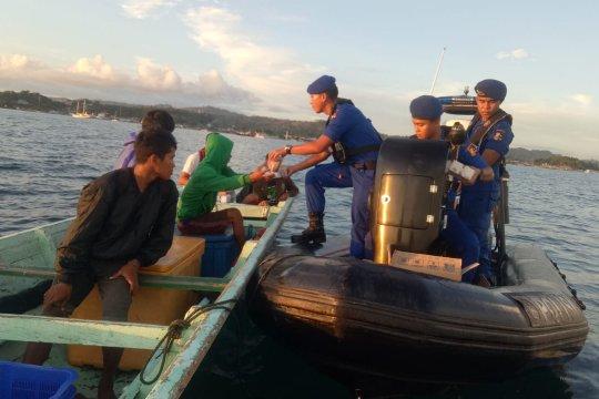Kapal Patroli Gelatik bagikan takjil ke masyarakat pesisir Sorong