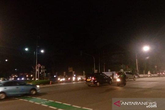Lalu lintas kendaraan di sekitar Gedung KPU RI lancar pada malam hari