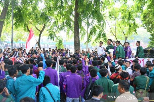 Peringati Reformasi, ratusan mahasiswa gelar aksi di gedung DPRD Sumut
