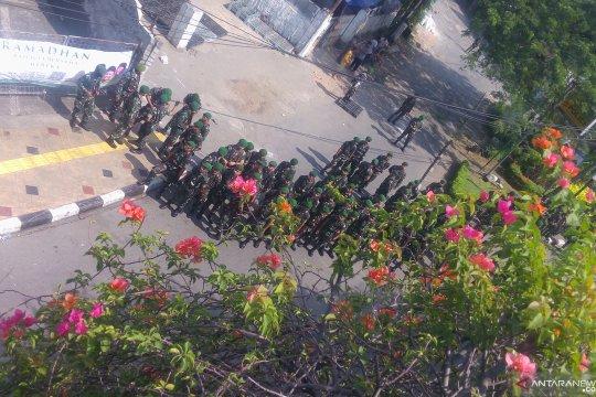 Prajurit infanteri TNI AD cegah massa serbu Polsek Gambir