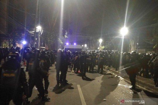 Dipimpin langsung Kapolda Metro Jaya, polisi berupaya bubarkan massa