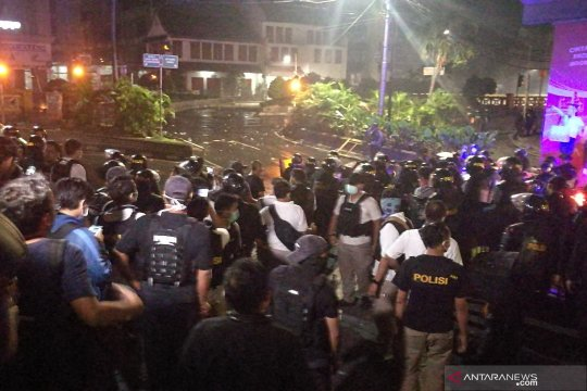 Massa aksi mulai lemparkan bom molotov ke arah polisi