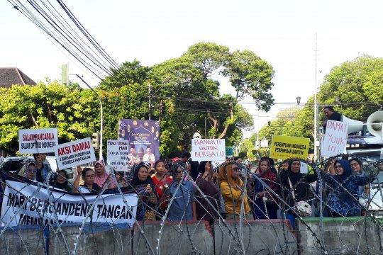Puluhan ibu rumah tangga serukan Indonesia damai di KPU