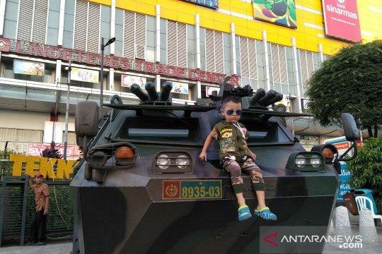 Rantis TNI di Glodok jadi pusat perhatian anak-anak