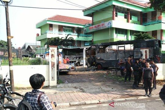 Mobil polisi juga jadi sasaran pembakaran semalam