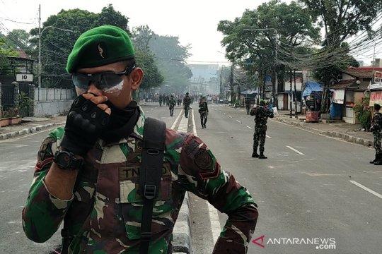Tentara cegah massa agar tak bentrok dengan polisi