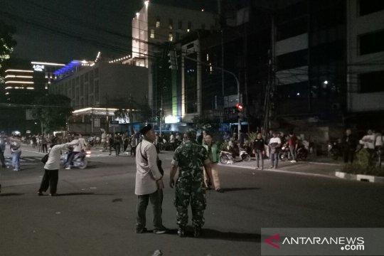 Massa tutup Jalan Kebon Sirih Timur menuju Thamrin