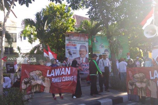 Puluhan warga demo di Kantor KPU Kota Surabaya