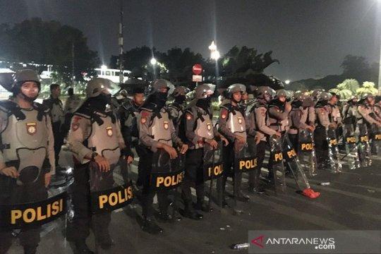 Polisi antihuru-hara mulai berjaga di patung kuda