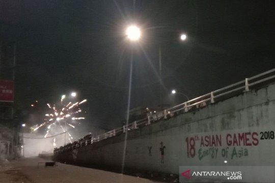 Ledakan kembang api dan gas air mata masih terdengar di Flyover Slipi