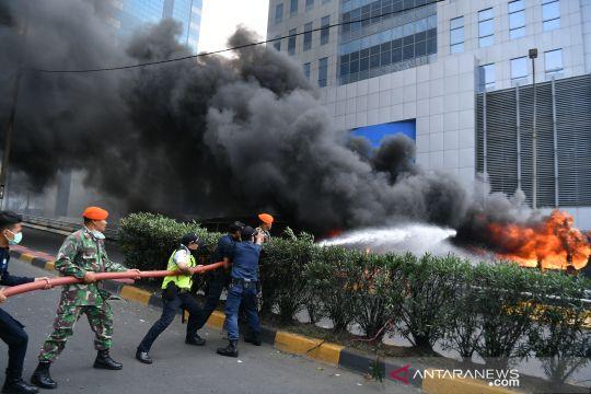 Pemadaman bus Brimob yang terbakar