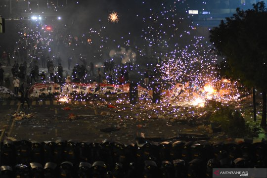 "Massa serang aparat pakai petasan sambil nyanyikan ""Indonesia Raya"""