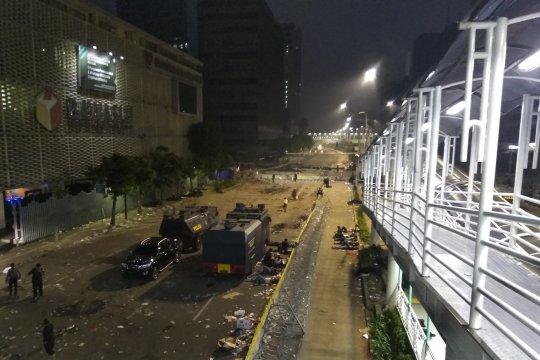 Adzan subuh berkumandang, massa kerusuhan 22 Mei masih bertahan