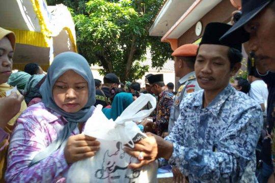 KAI Cirebon salurkan 3.000 paket sembako di Indramayu