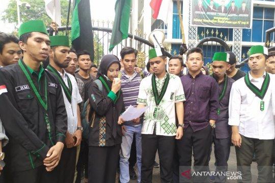 Massa aksi di DPRD Sumut terus bertambah dan memanas