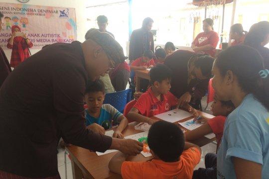Mahasiswa ISI Denpasar ajak anak autistik melukis kaos