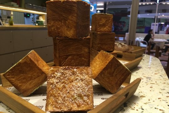 Santapan croissant kotak di kafe Singapura cabang Jakarta