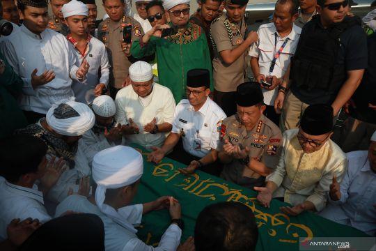 Usai dishalatkan, jenazah Ustadz Arifin Ilham dibawa ke Gunung Sindur