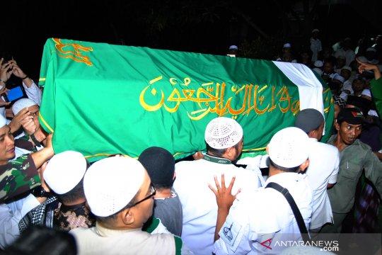 Ribuan pelayat antar jenazah Ustadz Arifin Ilham dimakamkan