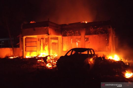 Kantor Polsek Tambelangan Sampang dibakar massa