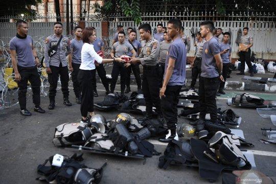 Gojo bagi takjil untuk TNI Polri