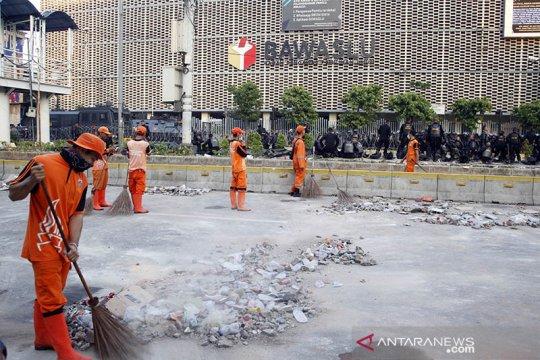 Pasukan oranye bersihkan depan Gedung Bawaslu RI
