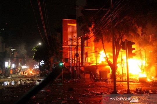 Api masih berkobar di warung sate dan pospol kawasan Sabang