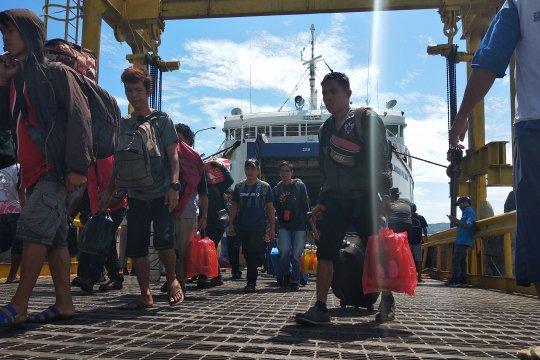 Kedatangan penumpang di Pelabuhan Simboro mulai meningkat