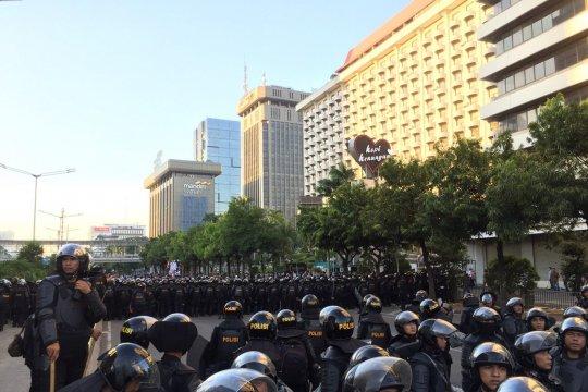 Massa mulai berdatangan kembali di Kantor Badan Pengawas Pemilu