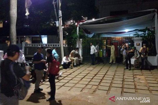 Massa pendukung sambangi kediaman Prabowo