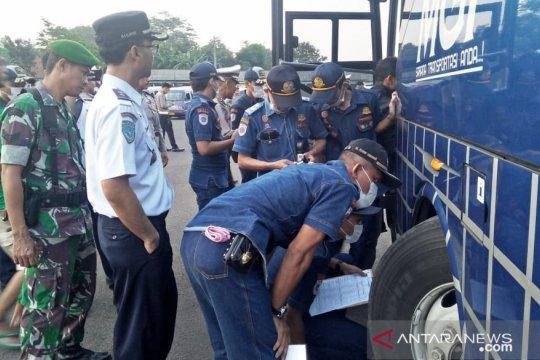 Petugas gabungan di Cianjur periksa kelaikan angkutan Lebaran