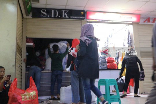 Pedagang Pasar Tanah Abang tutup toko jelang Shalat Jumat