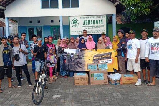 Komunitas pesepeda berbagi kasih dengan anak-anak yatim piatu
