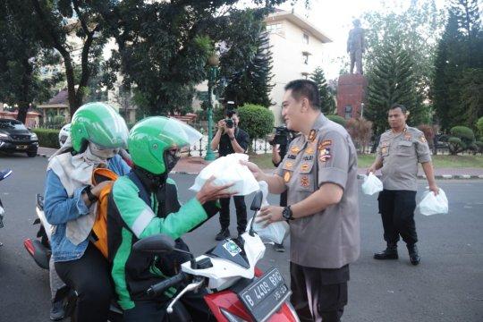 Kadivhumas Polri bagikan makanan takjil kepada pengguna jalan