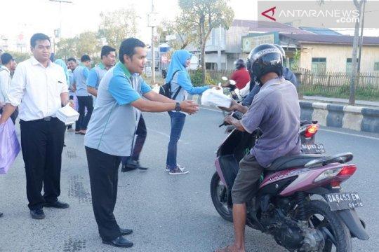 Bank Kalsel bagikan takjil gratis untuk pengguna jalan