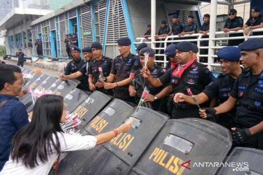 Komunitas warga bagikan mawar kepada aparat Polri