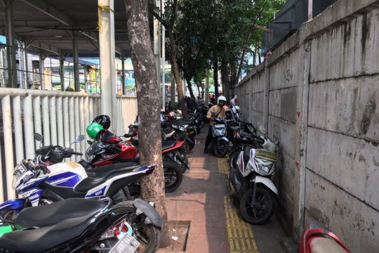 Alih fungsi trotoar jadi parkiran motor di Pasar Tanah Abang