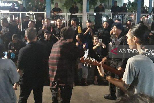 Komunitas musisi Jalan Sabang hibur aparat dengan lagu daerah