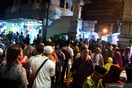 Suasana malam ke-21 Ramadhan di kompleks makam Sunan Ampel