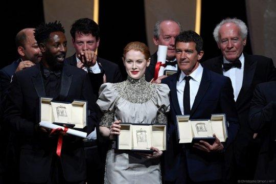 Antonio Banderas - Emily Beecham aktor dan aktris terbaik Cannes 2019