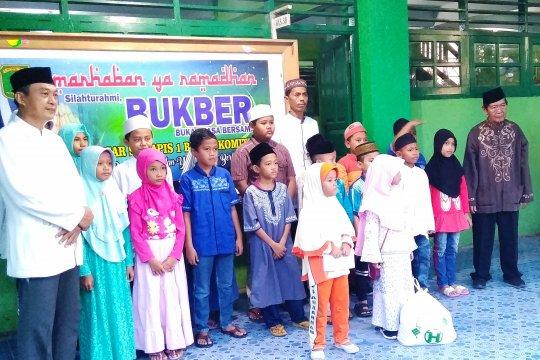 SD Yapis 1 Biak salurkan bingkisan Ramadhan kepada 35 siswa dhuafa