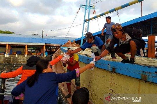 Istri-istri anggota TNI AL di Makassar bagi takjil ke nelayan di laut
