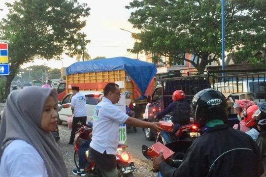 BPJS Ketenagakerjaan Maros bagi takjil kepada pengguna jalan